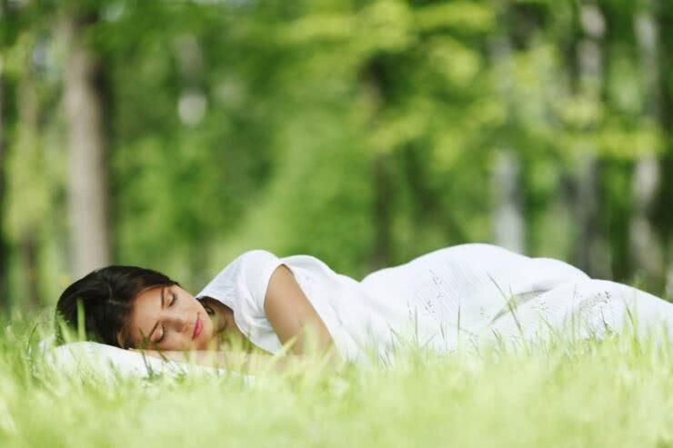 Sen o wiośnie - Kobieta na trawie